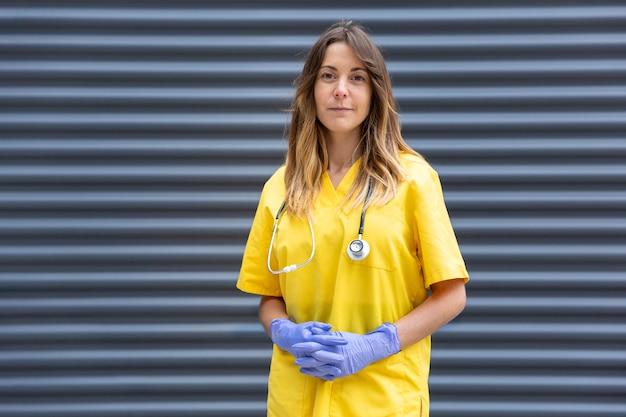 Formeel portret van vrouwelijke arts in uniform