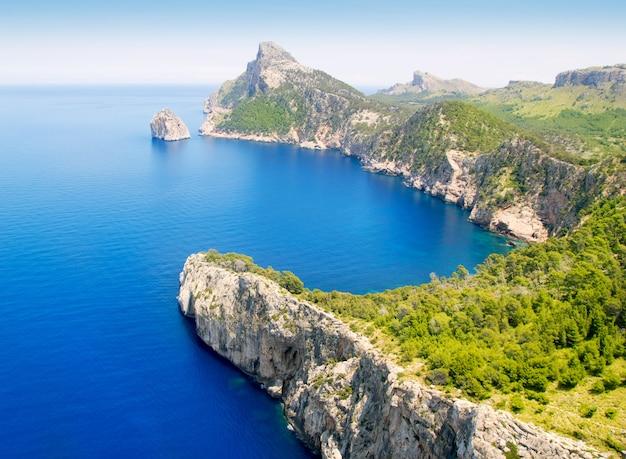Formentor cape naar pollensa luchtfoto uitzicht op zee in mallorca Premium Foto