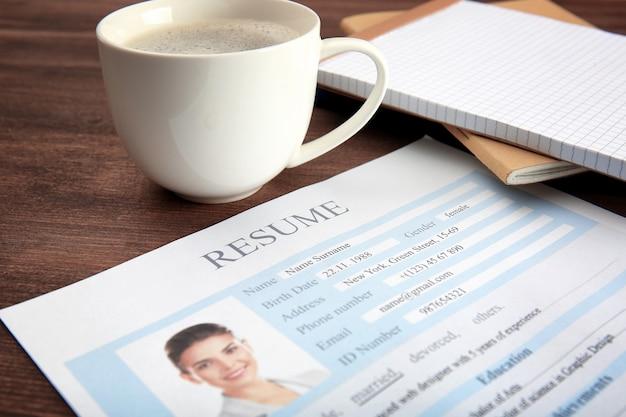 Formulier hervatten met kopje koffie op tafel, close-up