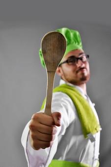 Fornuis met al zijn werkkleren en bestek voor de keuken