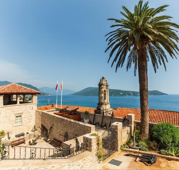 Forte mare kasteel zomer uitzicht en de baai van kotor (herceg novi, montenegro)