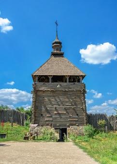 Fortificatie wachttoren in de national reserve khortytsia in zaporozhye, oekraïne, op een zonnige zomerdag