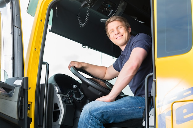Forwarder of vrachtwagenchauffeur in chauffeur cap