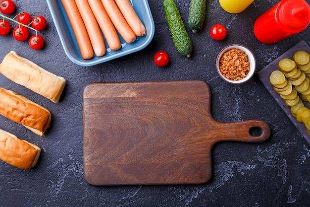 Foto bovenop de tafel met ingrediënten voor hotdogs