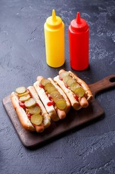 Foto bovenop hotdogs op snijplank
