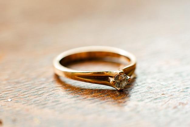 Foto cadeau ring naar meesteres meisje op belangrijke vakantie, achtergrond wazig