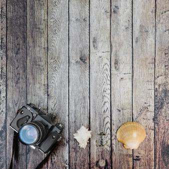 Foto camera en schelpen van bovenaf