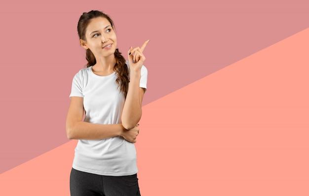 Foto die van gelukkige jonge vrouw status, camera bekijken die copyspace het richten tonen
