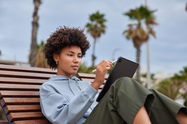 Foto-editor voor vrouwen maakt gebruik van interactieve pendisplay