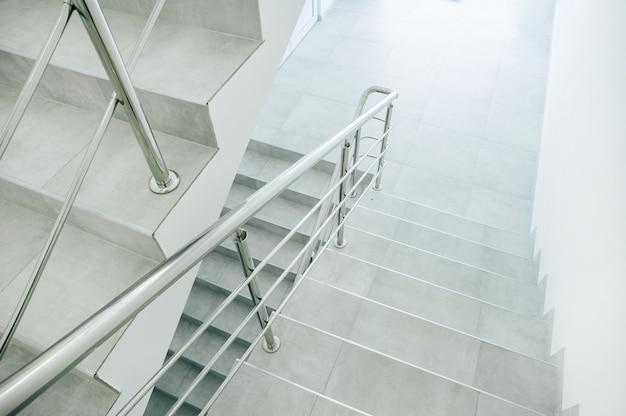 Foto gerenoveerde trap in oud kantoorgebouw