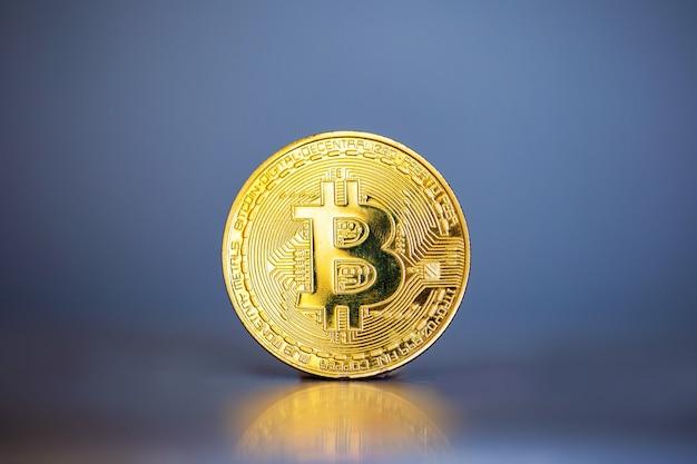 Foto gouden bitcoins, nieuw virtueel geld op blauwgrijze muur, cryptocurrencys bedrijfsconcept