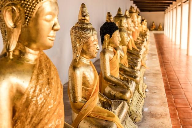 Foto gouden boeddha zit op een rij met elkaar.