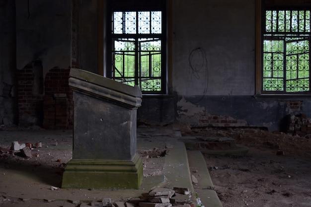 Foto in een oud verwoest huis