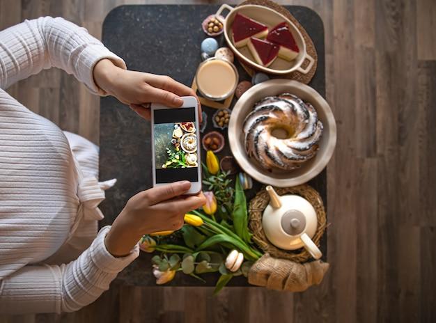 Foto maken van de tafel met smartphone