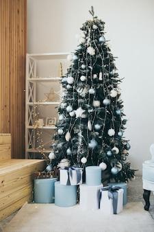 Foto met kerstthema. interieurdecoratie voor de wintervakantie. blauwe kerst.