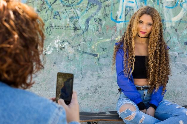 Foto nemen van jonge stedelijke vrouw