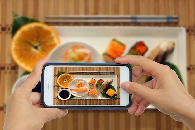 Foto nemen van sushi met smartphone