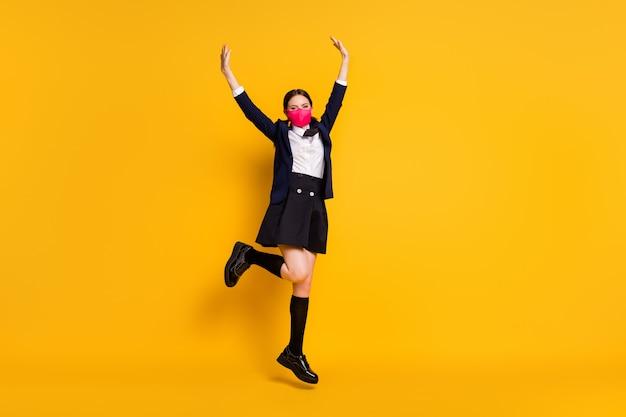 Foto op volledige grootte van middelbare scholiere meisje springt geniet van covid-19 quarantaine