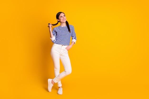 Foto op volledige grootte van minded geïnspireerd meisje kijk copyspace denk gedachten geniet van plan zomer weekend rust ontspannen draag witte stijlvolle trendy kleding geïsoleerd over heldere glans kleur achtergrond
