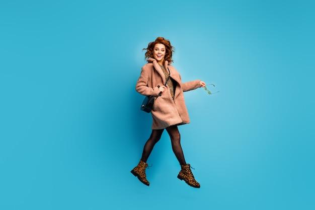 Foto op ware grootte van vrolijke, funky damessprong in modieuze stijl
