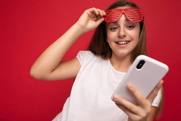 Foto-opname van een aantrekkelijk positief goed uitziend meisje met een casual stijlvolle outfit