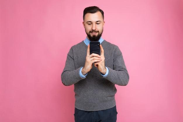 Foto-opname van een knappe, goed uitziende jongeman die een casual stijlvolle outfit draagt po