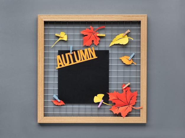 Foto-rasterbord met rood, oranje en geel papier herfstbladeren en tekst