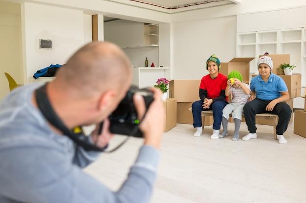 Foto's maken met kindermodellen in de studio als nieuw huis