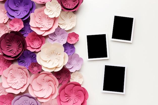 Foto's met bloemenornamentframe naast