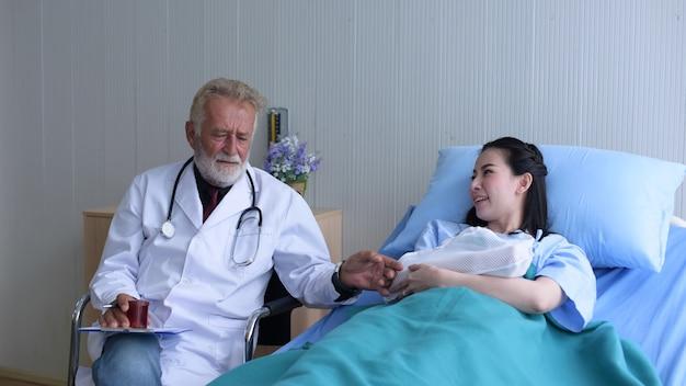 Foto's van artsen in werkuniformen de arts raadpleegde de zaak van de patiënt op de eerste hulp
