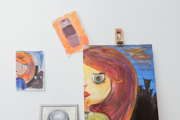 Foto's van de kunstenaar in de werkplaats