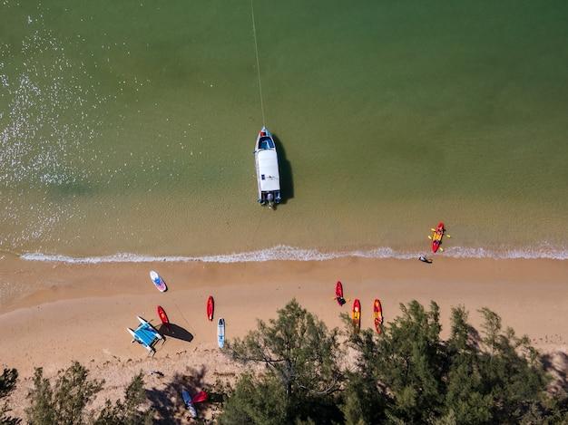 Foto's van drones op beroemde stranden in thailand tijdens de pandemie van het coronavirus