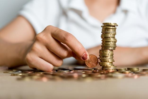 Foto's van handen en geld van zakenlieden op het bureau. ideeën opslaan met kopie ruimte.