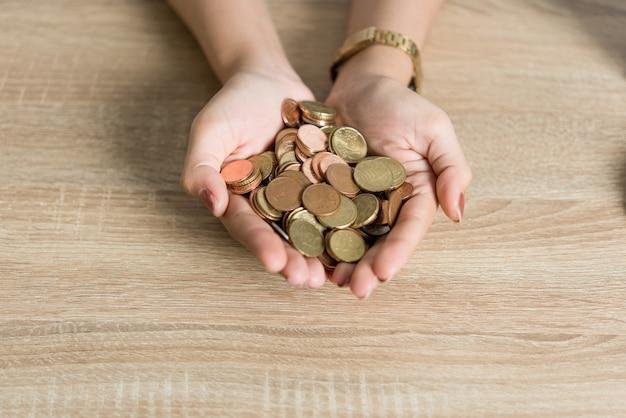 Foto's van handen en geld van zakenlieden op het bureau.