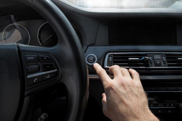 Foto's van het begin van de reis met de auto, focus op vinger
