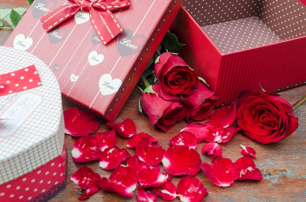 Foto's van rozen en geschenken voor valentijnsdag.