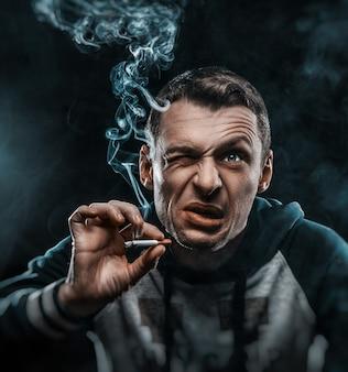 Foto's van vrienden die grappige gezichten bouwen. rook