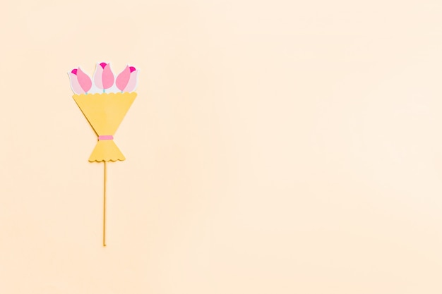 Foto stand rekwisieten geïsoleerd op roze, plat lag. bovenaanzicht. grappige uitnodiging