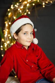 Foto van aantrekkelijk kind met kerstman hoed