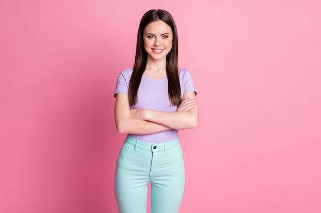 Foto van aantrekkelijke charmante zakendame goed positief goede armen gekruist zelfverzekerd bazig persoon draag casual violet t-shirt groenblauw broek geïsoleerde roze pastelkleurige achtergrond