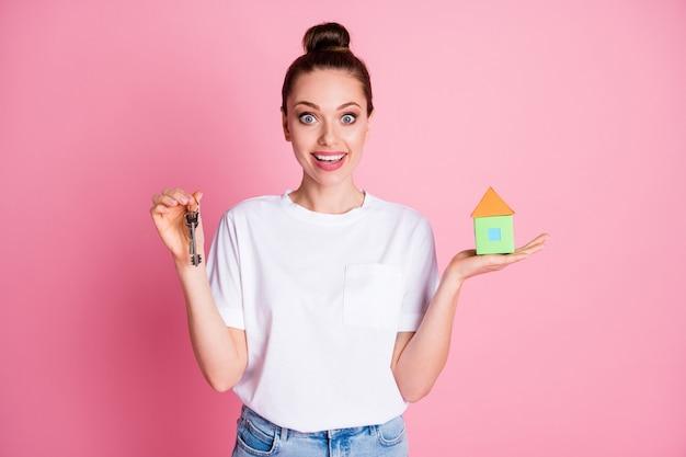 Foto van aantrekkelijke dame hand in hand klein papieren huis sleutelhanger onroerend goed in beweging