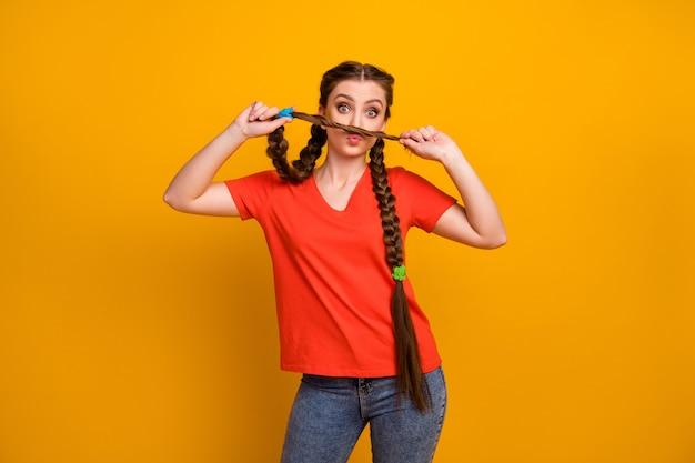 Foto van aantrekkelijke dame houdt handen lange vlecht snor maken