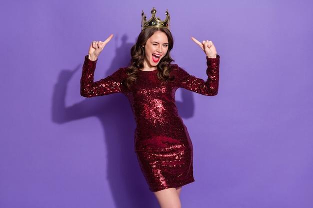 Foto van aantrekkelijke dame prom koningin status gouden kroon directe vingers hoofd knipoog oog