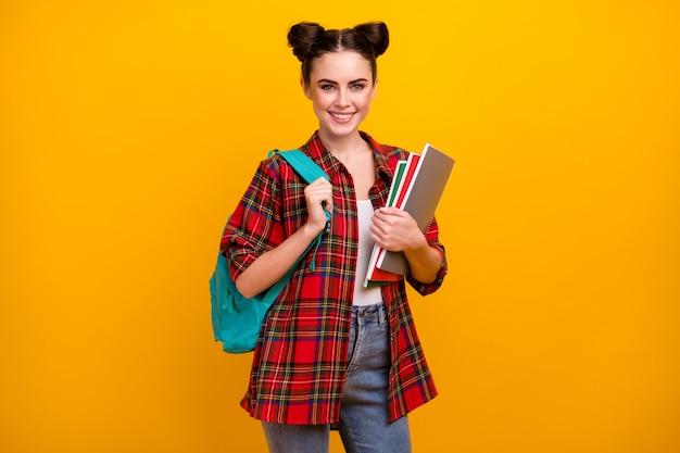 Foto van aantrekkelijke de dagrugzak van de de voorbeeldenboeken van de damegreep op schouder
