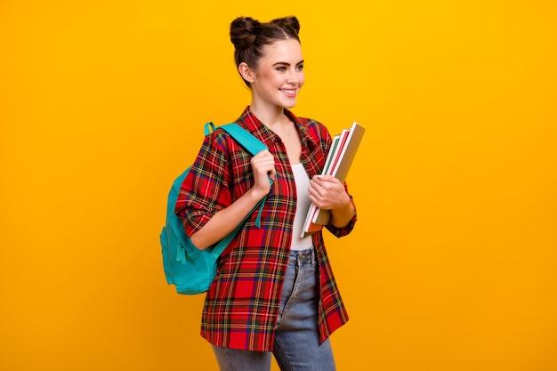 Foto van aantrekkelijke de voorbeeldenboeken blauwe rugzak van de damegreep op schouder