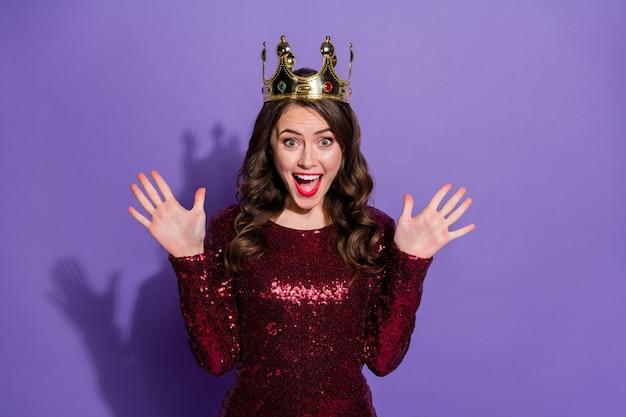 Foto van aantrekkelijke gekke dame opgewonden kroon op hoofd dolblij gezicht