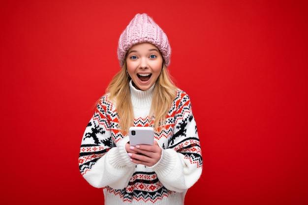 Foto van aantrekkelijke gekke verbaasde verrast jonge vrouw, gekleed in casual stijlvolle kleding staan