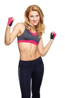 Foto van aantrekkelijke jonge fitness vrouw tillen halter in lichte doek