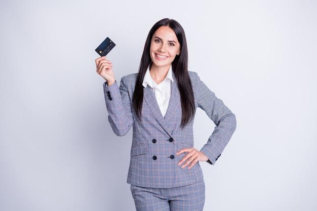 Foto van aantrekkelijke professionele bankierdame die nieuwe plastic debetcreditcard voorstelt die bankieren online overschrijving detailhandel betalingsdienst formalwear geïsoleerde grijze kleurenachtergrond voorstelt