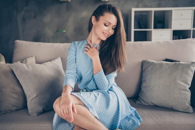 Foto van aantrekkelijke schoonheidsdame fotograferen set blogger met behulp van webcamera internetmodel mooie verschijning quarantaine thuis blijven zitten bank dragen blauwe jurk woonkamer binnenshuis